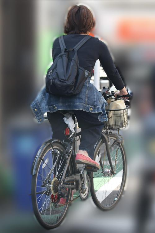 自転車を駆る小山あずさ