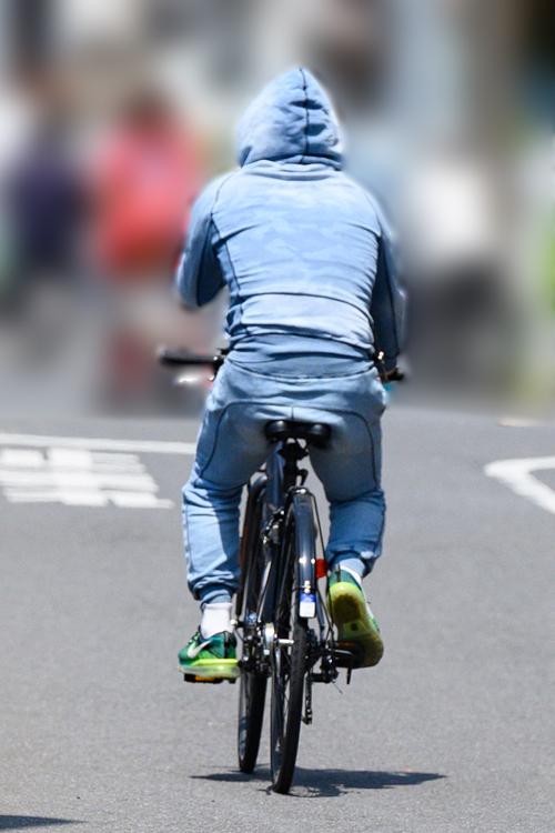 自転車に乗る後ろ姿