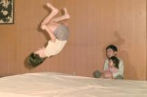 兄・浩宮さまと紀宮さまにマット運動を披露(1972年11月)