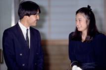 婚約発表の記者会見を終え、安堵の表情で向かい合うおふたり(1989年9月、代表取材)