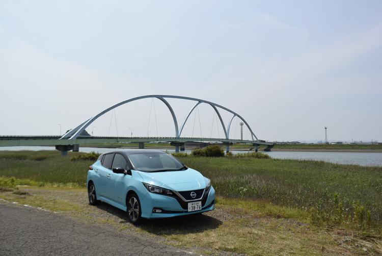 航続距離が458kmに延びた日産「リーフe+」(熊本・八代の球磨川河口にて)