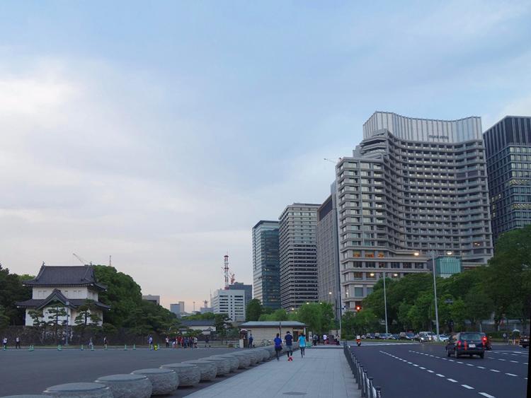 トランプ米大統領が宿泊した「パレスホテル東京」(写真右手前)