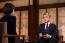 「巨視的に見れば、経済は成功」との文在寅大統領の発言に、韓国国民は驚いたという(5月9日のテレビ出演の様子。AFP=時事)
