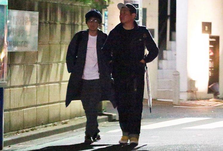 有吉とマシンガンズ西堀が2人で歩く姿