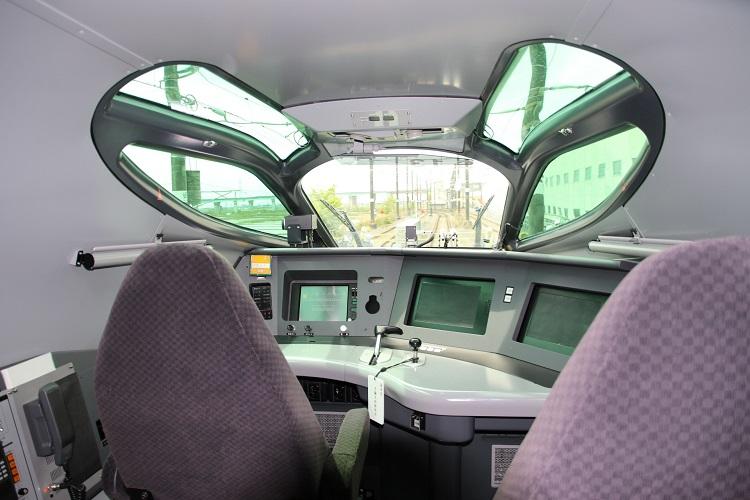 JR東日本の新型新幹線「ALFA-X」の1号車運転席(時事通信フォト)