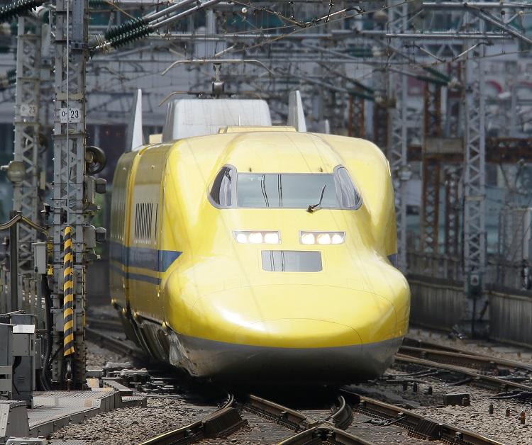 東京駅に入線する通称「ドクターイエロー」(時事通信フォト)