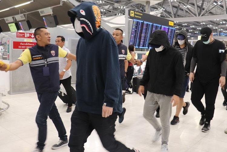 タイ邦人詐欺団/空港に到着した詐欺容疑の男ら(時事通信フォト)