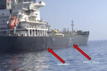 攻撃を受けた日本の国華産業が運航するタンカー。左の矢印は爆発で損傷した箇所を示す(米中央軍提供。時事通信フォト)