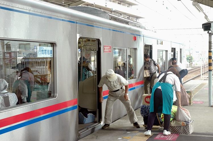 京成各駅で見られた行商列車に荷物を積み込む作業(2005年撮影)