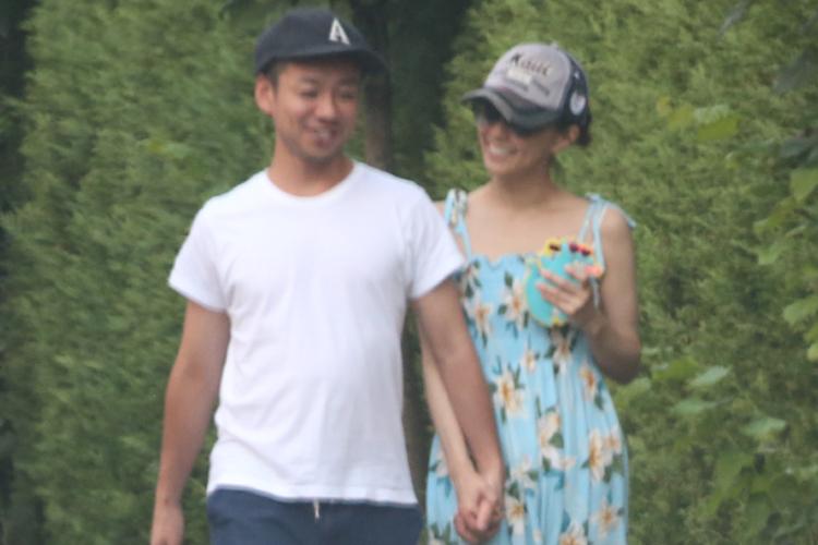 仲よく歩く小林麻耶と夫のあきら。(昨年7月)