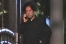 又吉直樹 全身黒コーデでそわそわ夜の電話、緊急会議?