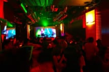 クラブイベントには芸人、モデル、会社経営者などが集まっていた(イメージ)