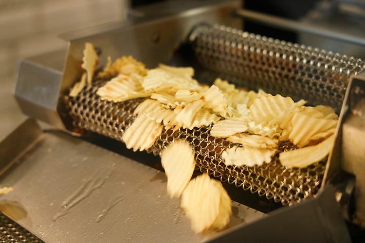 揚げたての味は格別!おみやげにも◎『カルビープラス』の揚げたてポテトチップス