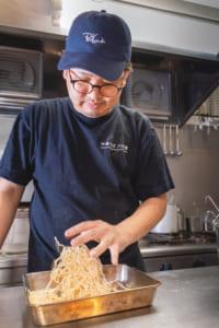 国産小麦を数種類配合した縮れ中太麺を手もみ