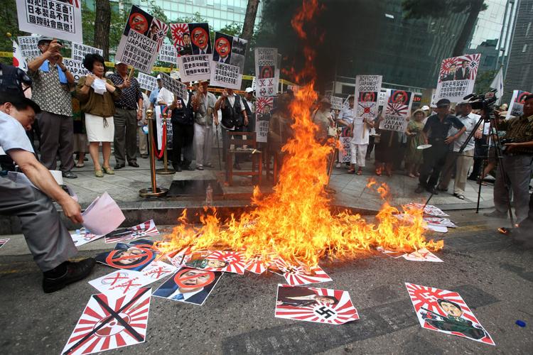 日韓関係は今やズタズタ(写真/EPA=時事)