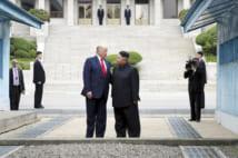 板門店の北朝鮮側に立つトランプ米大統領(左)と北朝鮮の金正恩朝鮮労働党委員長(ゲッティ=共同)