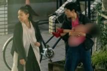 子供を抱える安藤サクラと姉の安藤桃子