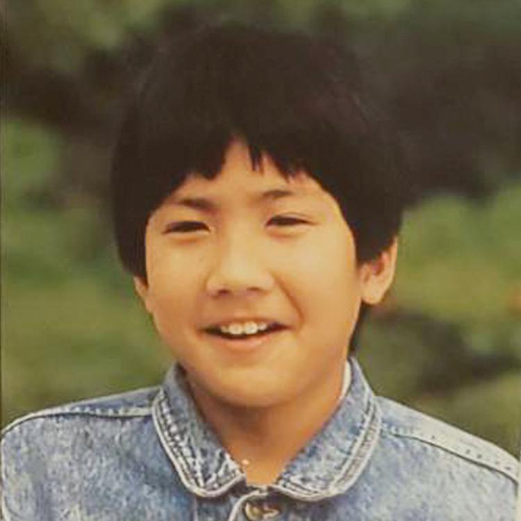 小学校6年生の青葉。この頃は友達を家に招いたり、外でも遊ぶ活発な子供だったという