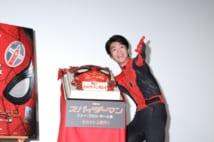 スパイダーマンの顔デザインのケーキと伊藤健太郎