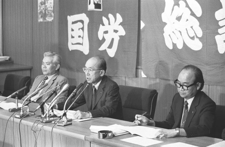 国鉄再建最終答申に対し抗議声明を発表した際の松崎明・動労委員長(当時=右。時事通信フォト)