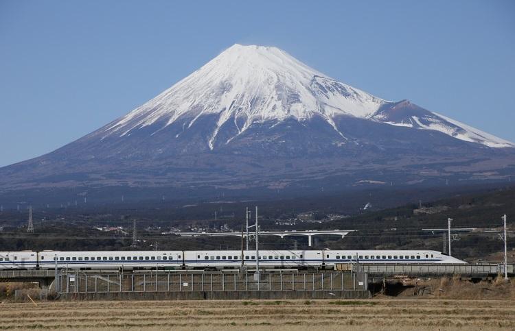 東海道新幹線と富士山(時事通信フォト)