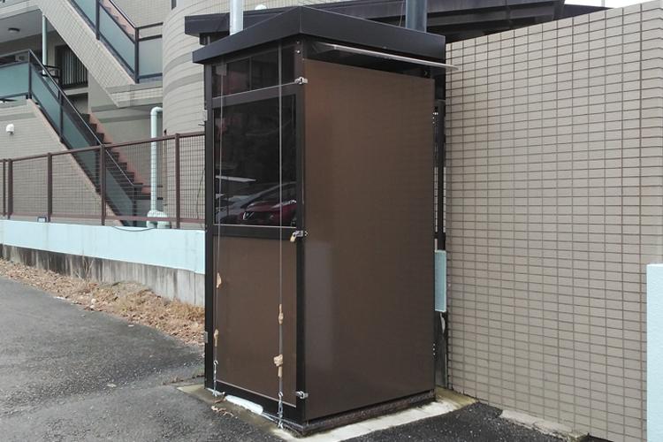 小室さんの自宅前にはポリスボックスが置かれ、今も警備は続いている