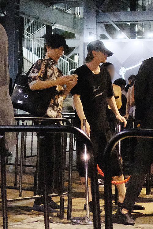 シンプルファッションの佐藤に対し、柄シャツを着た古市憲寿氏(2019年7月)