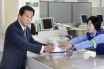 免許を返納する杉良太郎(写真/共同通信社)