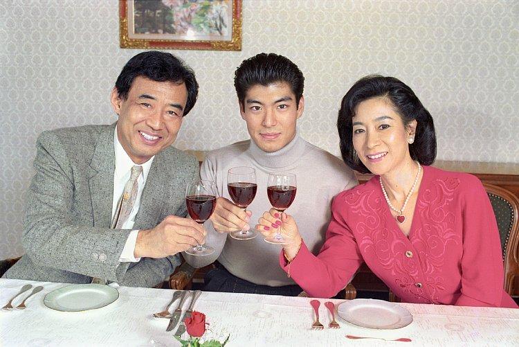 高島忠夫さん、兄・政宏、妻の寿美花代(1988年、写真/共同通信社)