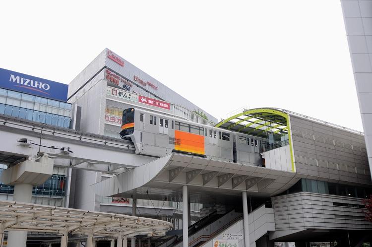 立川南駅を走る多摩都市モノレール。市民の足として活躍中