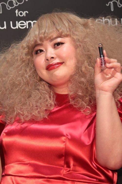 shu uemuraの口紅を手に持つ渡辺直美