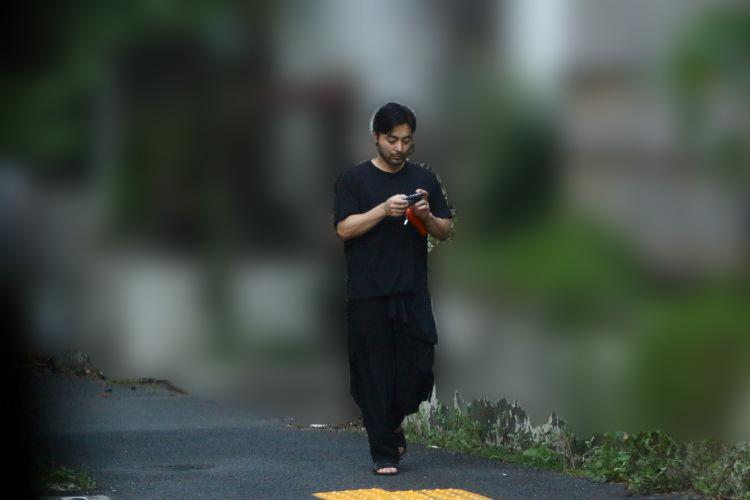 スマホを見つめる姿も目撃されたことがある山田(2019年)