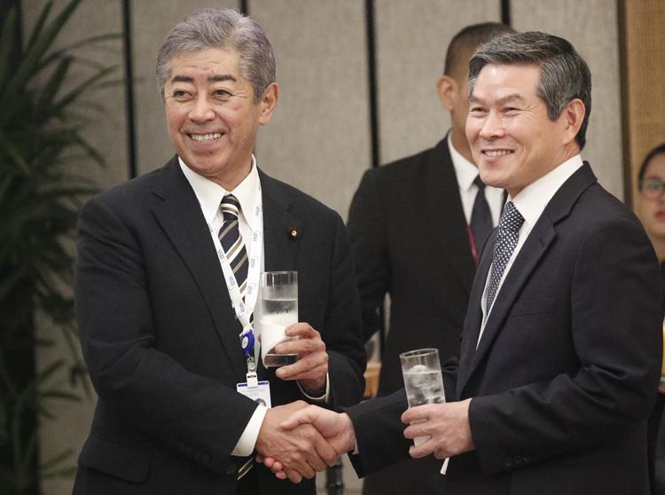 炎上した岩屋防衛相と韓国国防相の会談写真(EPA=時事)