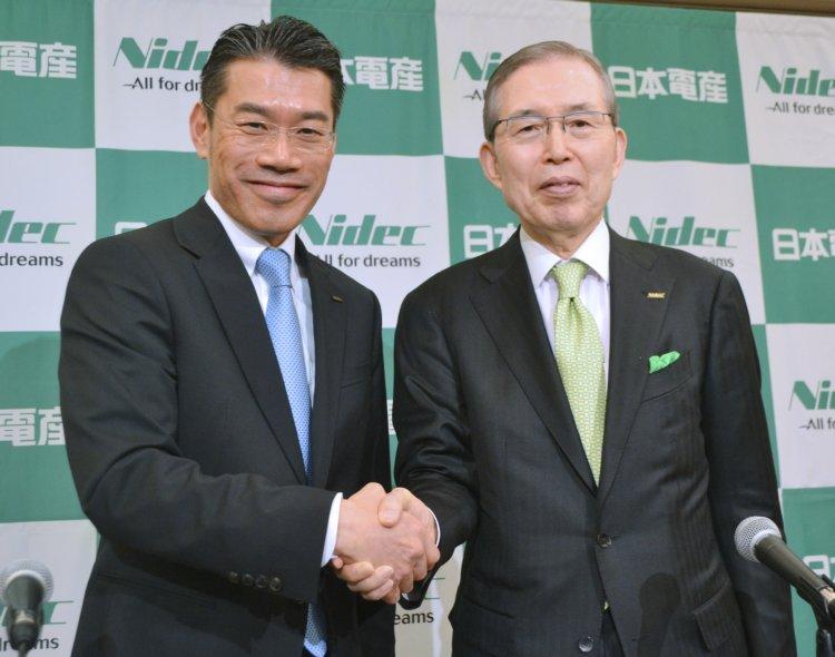 永守重信・日本電産CEO(右)と吉本浩之COO(時事通信フォト)