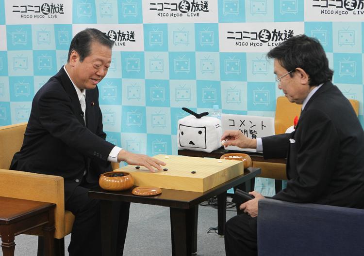 2010年、与謝野薫氏と公開対局した小沢一郎氏(左/時事通信フォト)