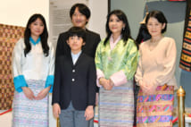現地の王位織物博物館でブータン王室関係者と記念撮影をされた御一家(時事通信フォト)