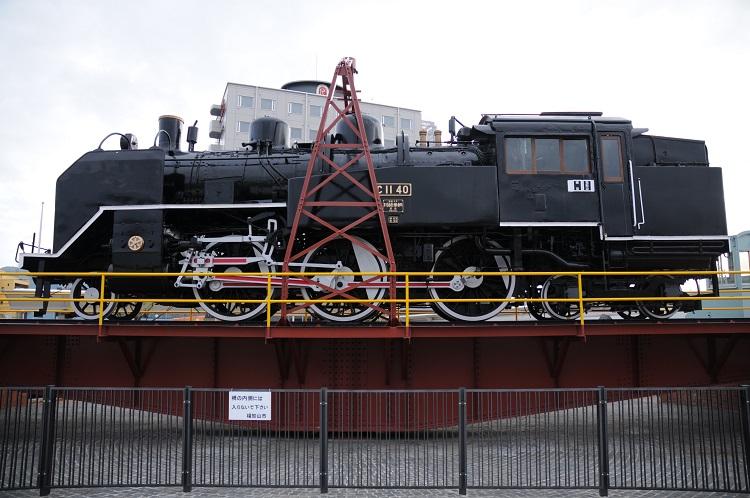 福知山駅南口に展示されているSLと転車台