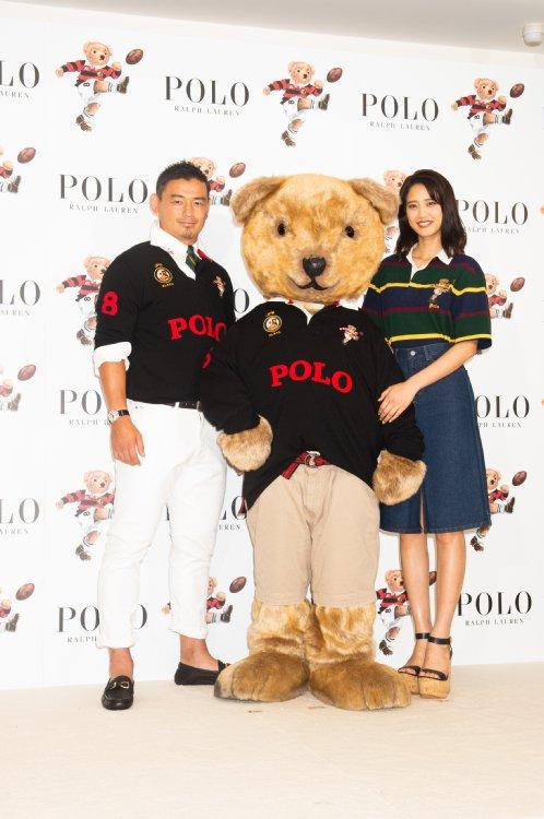 ポロシャツスタイルで登場した五郎丸と山崎紘菜