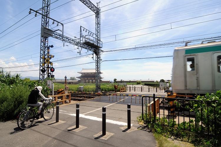 平城宮跡を横切る近鉄奈良線。左奥は朱雀門。