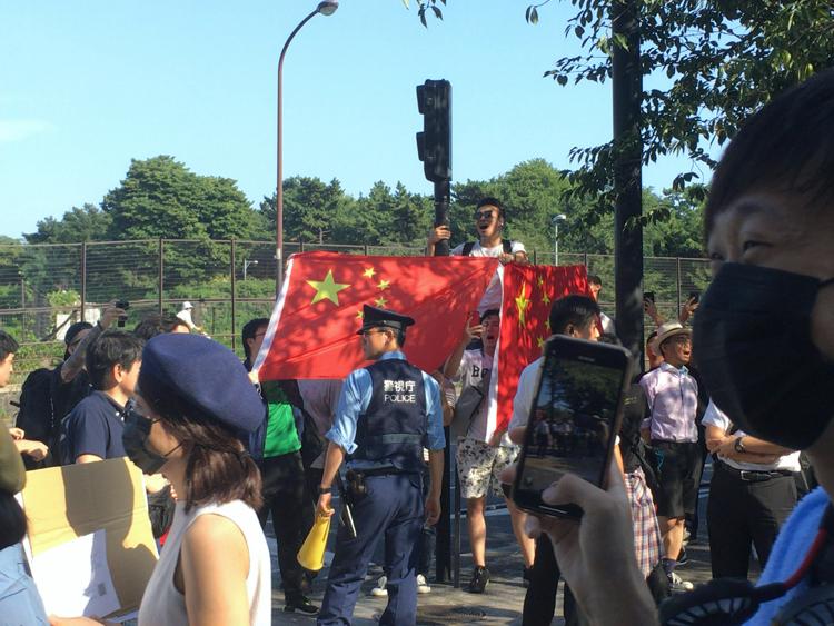 香港人デモ隊を挑発する中国人デモ隊