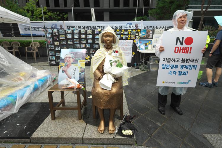 ソウルの慰安婦像の隣でも不買運動が