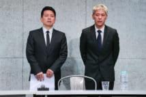 反社会的勢力の会合に出席して金銭を受け取った問題で、記者会見する宮迫博之さん(左)と田村亮さん=20日、東京都港区