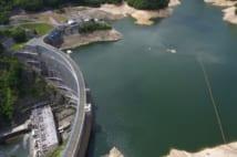 利根川水系にある矢木沢ダム。左下に見えるのが水力発電所だ(時事通信フォト)