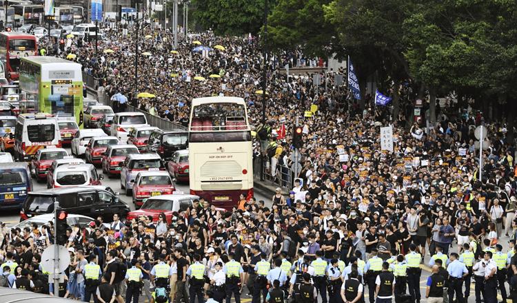 香港の繁華街での抗議デモ(写真/共同通信社)