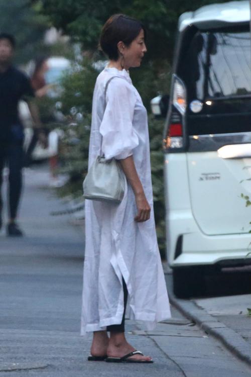 白のロングシャツワンピースを着たりえ