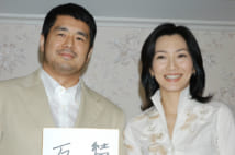 出産会見で喜びの笑みを浮かべる高田と向井(2004年1月15日、撮影/高柳茂)