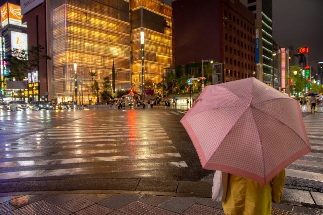 さっきまで晴れていたのに突然、雨が……
