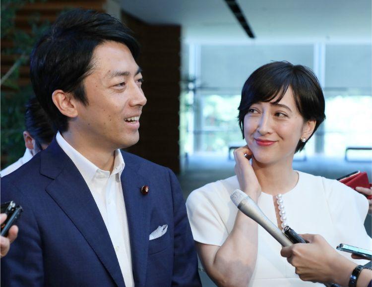 結婚・妊娠を発表した小泉進次郎氏と滝川クリステル(時事通信フォト)