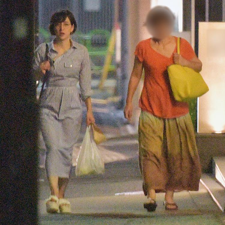 昨年9月、イタリアンレストランに向かう滝クリと母・美緒子さん