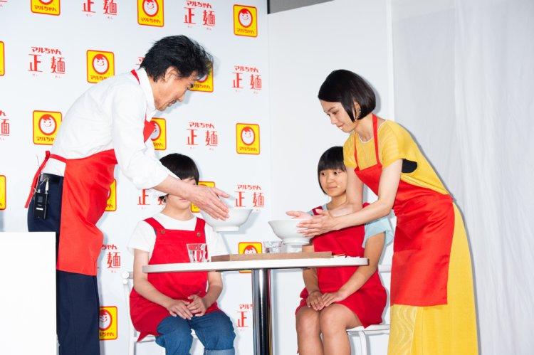 子供にラーメンを食べさせる場面ではほのぼの